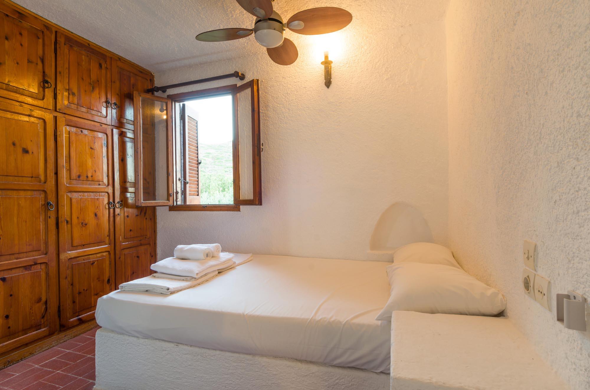 V8 bedroom
